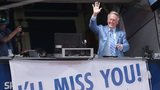 Dodgers pay tribute to longtime broadcaster Vin Scully